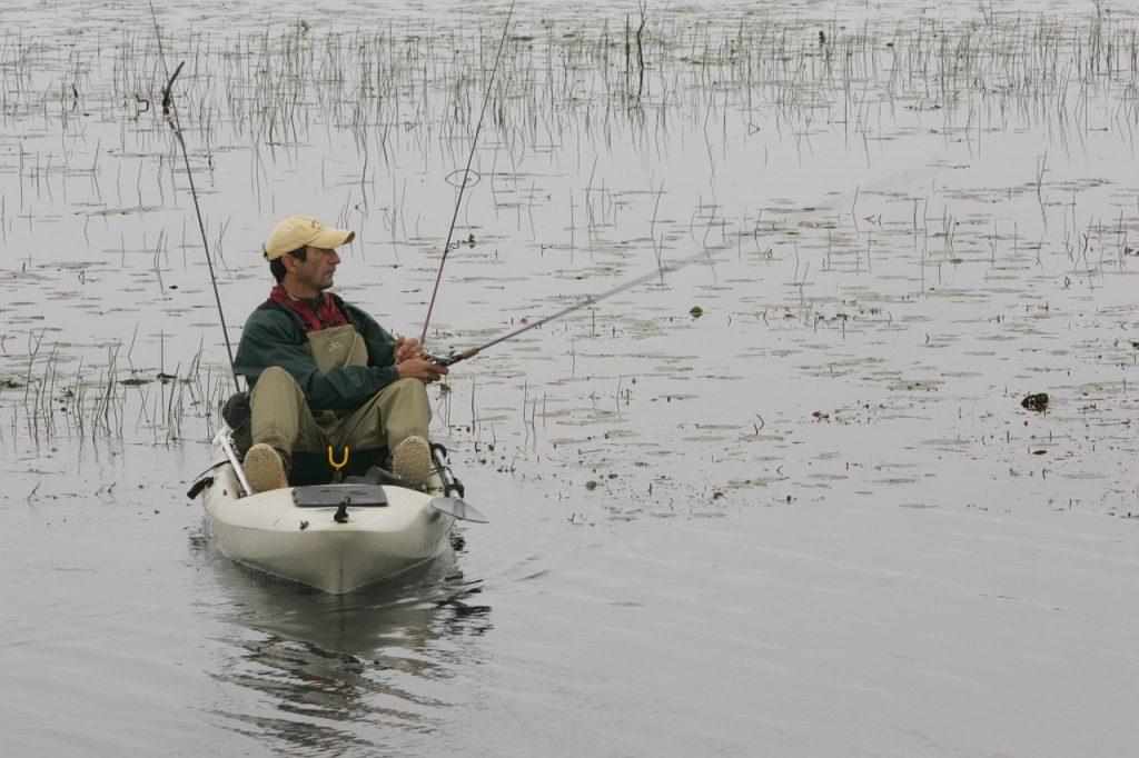 caña de pesca en kayak