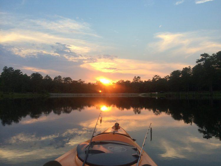 pesca con kayak en lago